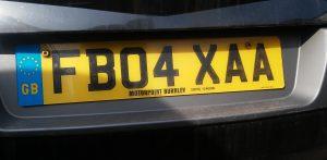 Autokennzeichen in England haben einen gelben Grund mit schwarzer Schrift.