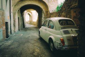 Vor 1985 hatten die Autokennzeichen in Italien einen schwarzen Grund mit weißer Schrift.