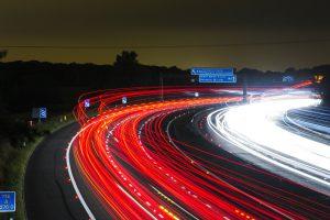Um Geschwindigkeitsüberschreitungen zu vermeiden sollte man sich an die geltenen Höchstgeschwindigkeiten halten. Innerorts sind es 50 km/h und außerorts 100 km/h.