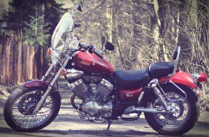 Kennzeichen für Motorrad und LKW, nicht nur an PKWs werden Nummernschilder montiert.