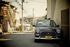 Autokennzeichen in Japan enthalten einen Zahlencode für die Fahrzeugeart sowie die japanische hiragana Schrift und eine 4 stellige Seriennummer die durch eine Bindestrich getrennt wird. Die Farbe des Kennzeichens gibt Auskunft über die Nutzungsart.