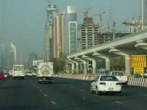 Autokennzeichen in den Vereinigten Arabischen Emiraten gibt es als einzeilige und zweizeilige Schilder.