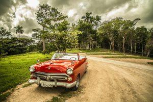 Die Autokennzeichen in Kuba haben seit 2013 einen weißen Grund mit schwarzer Schrift und sind auf den vielen US-Oldtimern zu finden die eine Touristenattraktion des Landes sind.