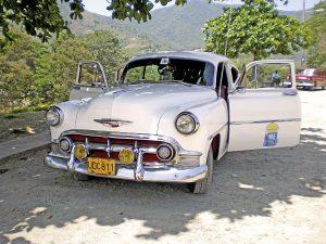 Viele Autokennzeichen in Kuba trugen vor 2013 einen weißen Hintergrund mit schwarzer Aufschrift. Hier handelt es sich aufgrund der ersten beiden Buchstaben U und D um ein privates Fahrzeug aus Santiago de Cuba.
