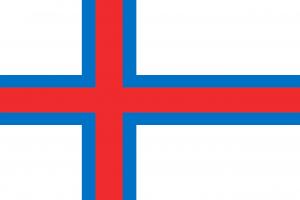 """Die Autokennzeichen auf Färöer nutzen die Landesflagge """"Merkið"""" in einem blauen Balken links anstelle der blauen europäischen Sterne, da man anders als Dänemark nicht der EU angehört."""