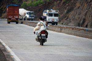 Auf den Autokennzeichen in Indien kann man den Bundesstaat ablesen. Motorrädern tragen auch vorn Kennzeichen und nicht nur hinten im Gegensatz zu vielen anderen Ländern.