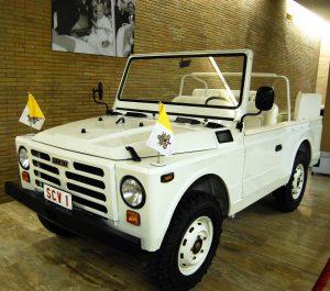 Im Vatikan trägt das Papamobil das Kennzeichen SCV 1. Von dem Fahrzeug existieren weltweit 60 Stück.