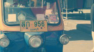 Tuk-Tuks (Autoritschkas) haben in Thailand gelbe Kennzeichen mit blauer Aufschrift.