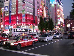 Bei den Autokennzeichen in Japan erhalten ausländische Importfahrzeuge den Zahlencode 7 der besonders hoch versteuert wird. Weiße Kennzeichen mit grüner Schrift stehen für eine private Nutzung.