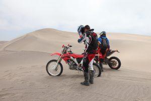 Motorräder tragen in Namibia nur hinten ein Kennzeichen.