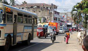 Für die Kennzeichen vorn nutzt man auf Sri Lanka einen weißen Hintergrund.