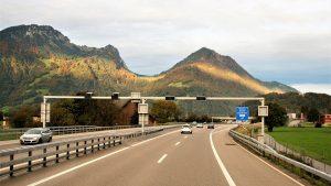 Auf der Autobahn gilt es Abstandsverstöße einzuhalten und sich nicht zum Rasen verleiten zu lassen.