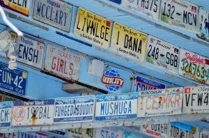 In den USA wurden neben normalen Blechschildern auch digitale Nummernschilder als Autokennzeichen eingeführt.