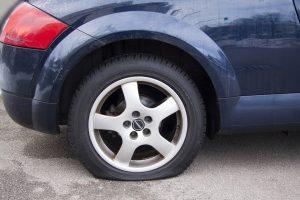 Eine Reifenpanne wie ein Plattfuß (Platter Reifen) gündigt sich meist vorher schon an, auf Englisch flatfoot.