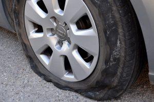 Ein platter Reifen kann mit einem Pannenset notdürftig für die Weiterfahrt geflickt werden.