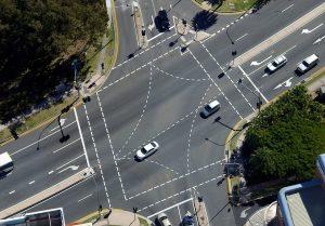 An Kreuzungen gilt es auf Haltelinien zu achten und die Vorfahrt zu gewähren.