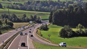 An Autobahnauffahrten gilt es die Vorfahrt zu gewähren.