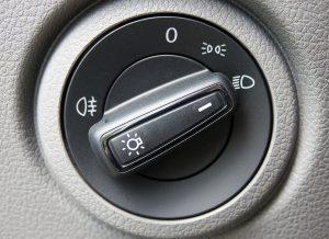 Um Bußgelder zu vermeiden sollten Standlicht, Abblendlicht, Fernlicht und Nebelscheinwerfer korrekt verwendet werden.