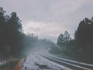 Bei winterlichen Verhältnissen ohne Winterreifen drohen Bußgelder.