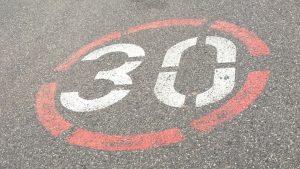 Auch auf der Fahrbahn können sich 30 er Aufschriften befinden die jedoch von einem 30 er Zonenschild gefolgt werden müssen.