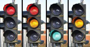 Die 4 Ampelphasen rot, rot-gelb, grün und gelb regeln die Vorfahrt an Kreuzungen.