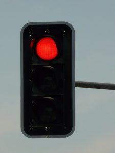 Bußgelder und Haftungsfragen bei roter Ampel.