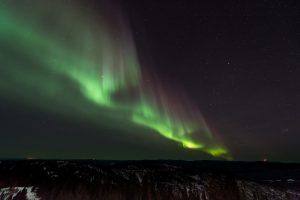 Ein Polarlicht oder auch Nordlicht auf der Nordhalbkugel, die aurora borealis, ist neben dem Südlicht auf der Südhalbkugel aurora australis eine Lechterscheinung. Sie ensteht durch angeregte Stickstoff- und Sauerstoffatome in der Hochatmosphäre, dem Elektrometeor bei dem in den Polargebieten beschleunigte geladene Teilchen aus der Erdatmosphäre auf die Atmosphäre treffen. Polarlichter findet man meist in zwei etwa 3 bis 6 Breitengrade umfassenden Bändern in der Nähe der Magnetpole.