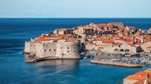 Dubrovnik in Kroatien mit seiner bekannten Stadtmauer.