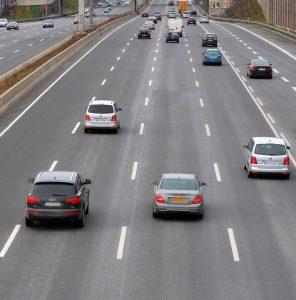Automatisierte Kennzeichenerkennung kann durch Messysteme auf Autobahnbrücken erfolgen.