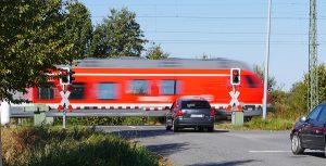 Bahnübergänge, auf Englisch level crossing, bergen ein hohes Gefahrenpotential und erfordern eine erhöhte Aufmerksamkeit der Verkehrsteilnehmer.