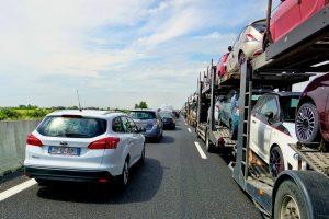 Wie man sich bei Stau auf der Autobahn richtig verhält.