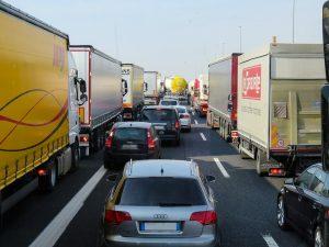 Stau auf der Autobahn, nicht nur bei einer nicht gebildeten Rettungsgasse drohen Bußgelder.
