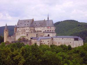 """Die Burg, auf Englisch """"castle"""", in Vianden."""