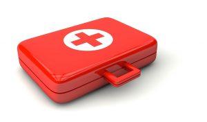 Ein Erste-Hilfe-Kasten, Verbandskasten gehört zur Grundausstattung jedes Autos.