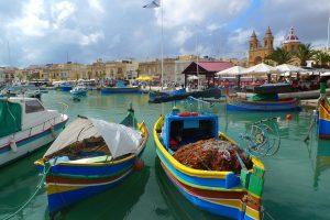 Die maltäsische Küche bietet viel Fisch und die Insel viele malerische Ausblicke.
