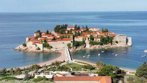 Die kleine Adriainsel Sveti Stefan mit einer alten Priatenfestung als ein Wahrzeichen Montenegros.