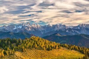 Ein Großteil des Landes ist von Gebirgen geprägt.