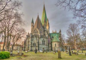 """Die Kathedrale Nidarosdomen in Norwegen. Sie befindet sich in Trondheim, der alte Name der Stadt ist """"Nidaros"""". Die Kathedrale ist eine der bedeutendsten Kirchen in Norwegen und ein Nationalheiligtum. Sie war seit 1152 die Kathedraole der norwegischen Metropoliten. Der Dom trug auch den Beinamen """"Herz Norwegens"""", da hier ein Schrein von Olaf dem Heiligen hinter dem Hochaltar stand. Infolge der Reformation wurde er zu einer Kathedrale der evangelisch-lutherischen Bischöfe von Trondheim. Von 1818 bis 1906 im Mittelalter war der Nidarosdom die Krönungsstätte der norwegischen Könige."""