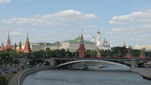 Moskau mit dem Moskauer Kreml, der zum UNESCO-Weltkulturerbe zählt und Wahrzeichen der Stadt ist. Er ist seit 1992 der Amtssitz des Präsidenten und der Russischen Födertion. Der Begriff Kreml wird auch Synonym für die russische bzw. gesamte sowjetische Führung verwendet.