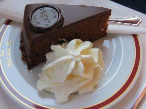 Die Sachertorte mit Schlagsahne ist eine der bekannten Speisen Österreichs.