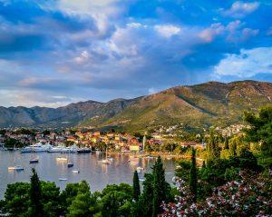 Montenegro umfasst verschiedene Klimazone, Wälder, Gebirge und Flüsse.