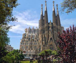 Die Sagrada Familia ist eine römisch-katholische Basilika in Barcelona. Bis heute ist der Bau der von Antoni Gaudí im Steil des Modernisme entworfenen Kirche nicht vollendet. Er wurde 1882 begonnen und soll bis zum 100. Todestag von Gaudí im Jahr 2026 fertig gestellt werden.