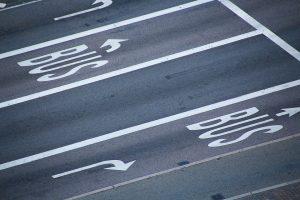 Speziell gekennzeichnete Busspuren sind nur für bestimmte Verkehrsteilnehmern, neben Linienbussen befahrbar.