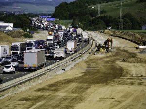 In Baustellenbereichen ist die linke Fahrbahn häufig nur 2 Meter breit.