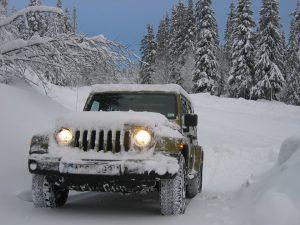 Im Winter kann das Autokennzeichen durch Schnee schnell unleserlich werden, wer es nicht freiräumt riskiert ein Bußgeld und mehr.