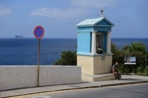 Halte- und Parkverbote sehen international ähnlich aus, hier in Malta ein absolutes Halteverbot.