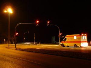 Nähern sich Rettungsfahrzeuge so dürfen Haltelinien auch überfahren werden um Platz zu schaffen.