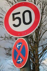 Neben dem normalen Tempo 50 Schild gibt es auch ein Tempo-50-Zonen Schild, die Bußgelder fallen hier genauso aus wie bei Geschwindigkeitsüberschreitungen an anderen Stellen innerorts oder außerorts.