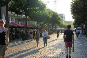 Was man in einer Fußgängerzone (auf Englisch pedestrian zone) beachten muss.