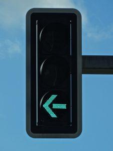 Ein grüner Pfeil an einer Ampel kann als zusätzliches Schild angebracht sein oder auch selbst an der Ampel bei grün leuchten.